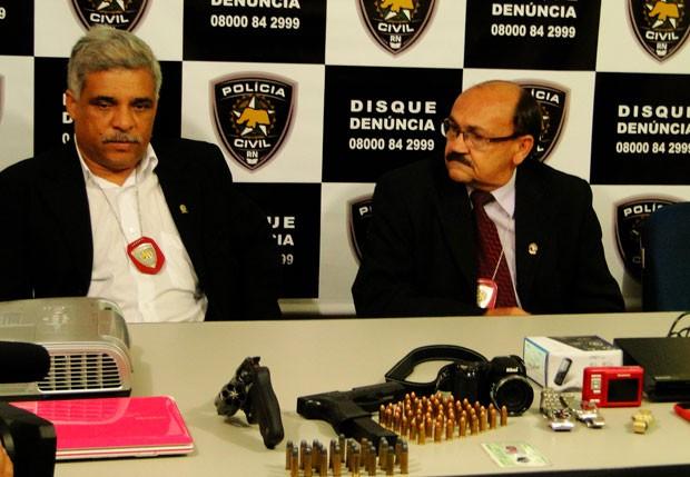 Delegado Atanásio Gomes (e) comandou as prisões dos suspeitos (Foto: Rafael Barbosa/G1)