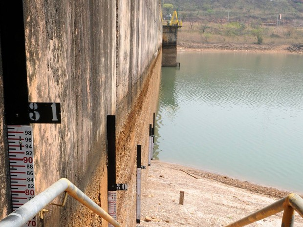 Marcador mostra nível baixo de água na Barragem do Descoberto, que abastece o Distrito Federal (Foto: Gabriel Jabur/Agência Brasília.)
