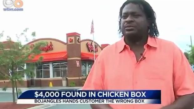 Homem encontra US$ 4,5 mil em embalagem de frango e ainda leva bronca ao devolver dinheiro