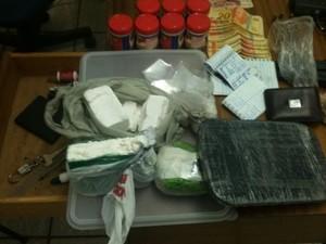 Com o traficante foram encontrados cinco quilos de drogas (Foto: Divulgação/PM)