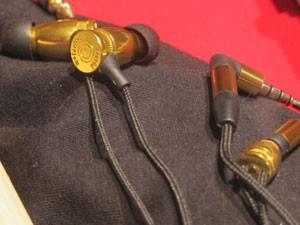 Fones intra-auriculares, em formato de bala de revólver (Foto: Daniela Braun/G1)