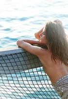 Alessandra Ambrósio provoca em foto de topless: 'Sonhando acordada'