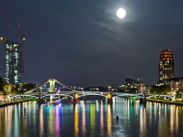 Superlua vista em Frankfurt, Alemanha (Foto: Frank Humpenhorst/AFP)