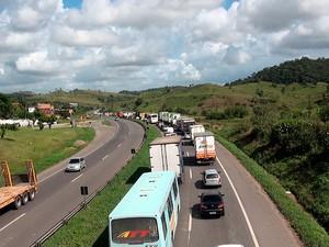 Moradores protestam na BR-324 (Foto: Imagem/ TV Bahia)