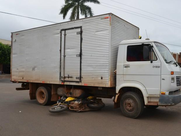 Apesar da moto ter ficado embaixo do caminhão, o entregador sofreu apenas escoriações. (Foto: Magda Oliveira/G1)