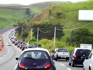 Rodovia dos Tamoios tem lentidão por excesso de veículos (Foto: Karen Schmidt/ TV Vanguarda)