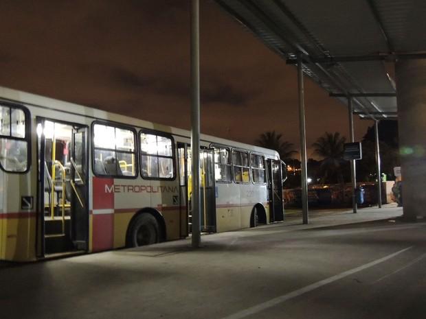 O terminal de ônibus da Estação Cosme e Damião, onde os circulares trazendo os torcedores da Arena Pernambuco descem, ficou sem energia durante 18 minutos, entre 20h28 e 20h46. (Foto: Luna Markman/G1)