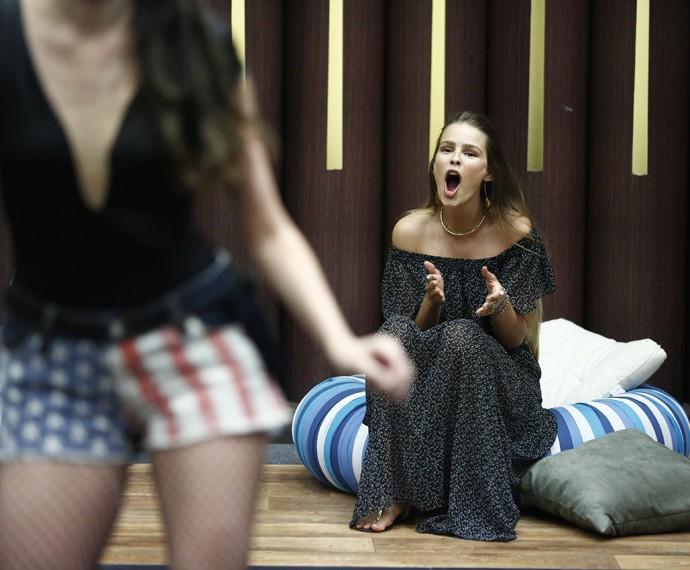Uhuuuul! Treme, Treme, diz Yasmin para Agatha (Foto: Raphael Dias/Gshow)