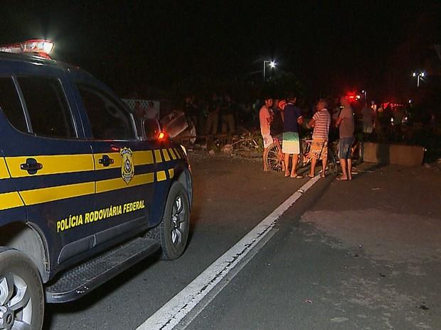 Moradores realizaram um protesto para pedir mais redutores de velocidade na via (Foto: Reprodução/TV Cabo Branco)