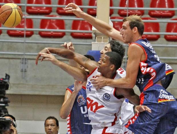 Pinheiros derrota o Uberlândia em casa no Torneio Interligas 2012  (Foto: Célio Messias / Divulgação LNB)