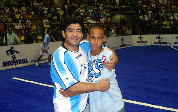 Neymar com Maradona inf&#226;ncia anivers&#225;rio (Foto: Reprodu&#231;&#227;o / Twitter)