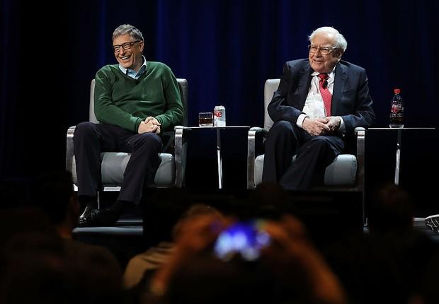 Bill Gates conversa com Warren Buffett em evento na Universidade de Columbia (Foto: Spencer Platt/Getty Images)