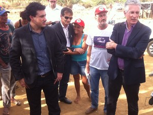 Uma comissão dos Direitos Humanos esteve no assentamento e conversou com os sem-terra. (Foto: Diego Souza/G1)