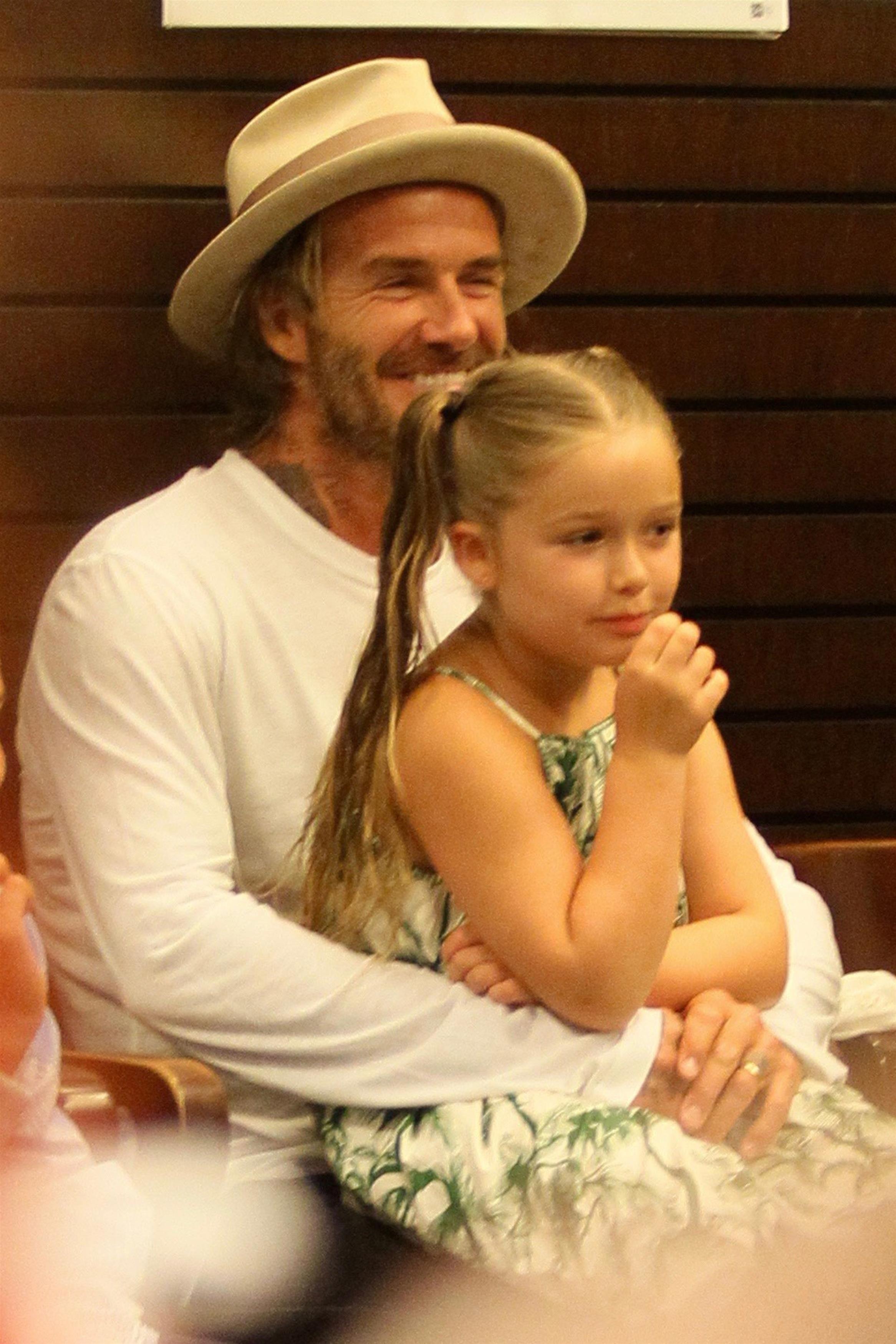 David Beckham é só orgulho na sessão de autógrafos do livro de Brooklyn (Foto: AKM-GSI )