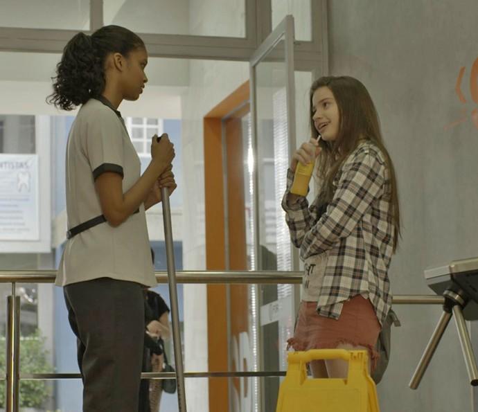 Manuela estranha interrogatório de Joana (Foto: TV Globo)