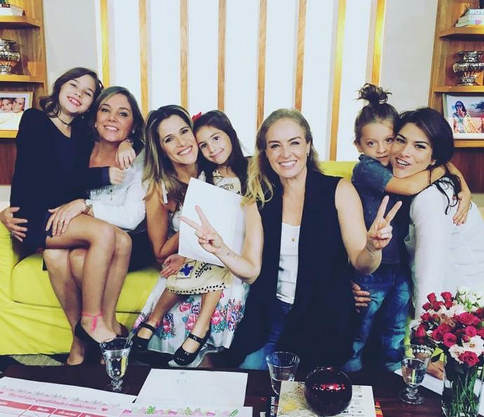 Angélica posa com Heloísa Périssé, Ingrid Guimarães, Priscila Fantin e as crianças (Foto: Arquivo Pessoal)