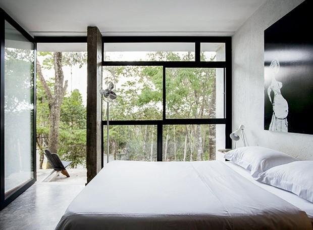 Os três quartos da casa são voltados para a mata. Da pequena varanda tem-se a vista da copa das árvores (Foto: Marco Antonio/ Editora Globo)