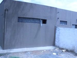 Muro baixo ajudou detentos durante fuga na Central de Flagrantes (Foto: Catarina Costa/G1)