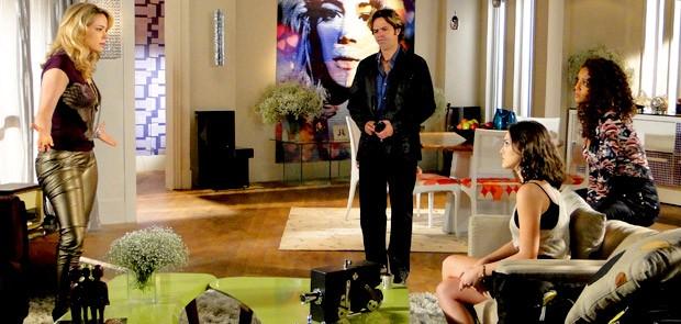 Rosário, Penha e Cida batem boca diante de Tom (Foto: Cheias de Charme / TV Globo)
