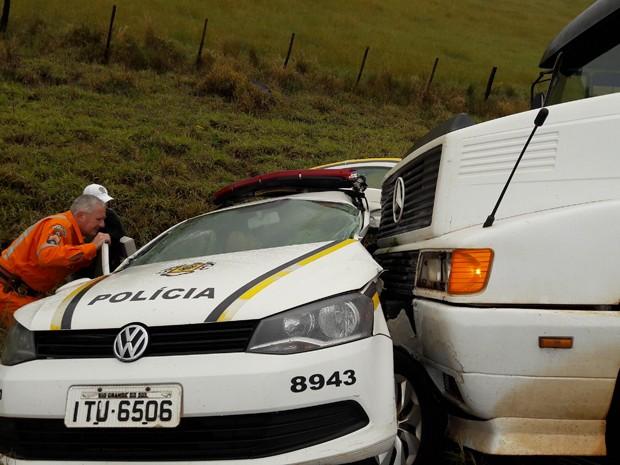 Equipe de resgate ajudou a retirar o motorista da viatura com segurança (Foto: Jeremias Oliveira/Arquivo Pessoal)