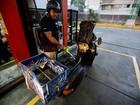7 em cada 10 venezuelanos apoiam alta da gasolina, diz pesquisa