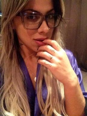 Ex-BBB Vanessa sensualiza em fotos só de roupão e calcinha (Foto: Twitter/ Reprodução)