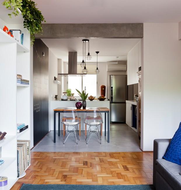 Integrar os ambientes ampliou os espaços, melhorou a ventilação e trouxe uma iluminação natural para o lar. O piso de taco de peroba-rosa veio para reaproveitar esse material que na maioria das vezes é desperdiçado. Eles foram restaurados e instalados (Foto: Maira Acayaba)