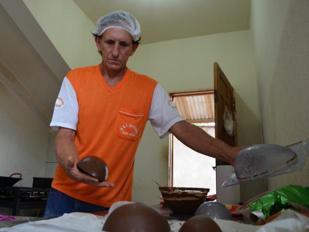 Nelson De Carli largou a profissão de pedreiro para se dedicar a produção de chocolate (Foto: Magda Oliveira/G1)
