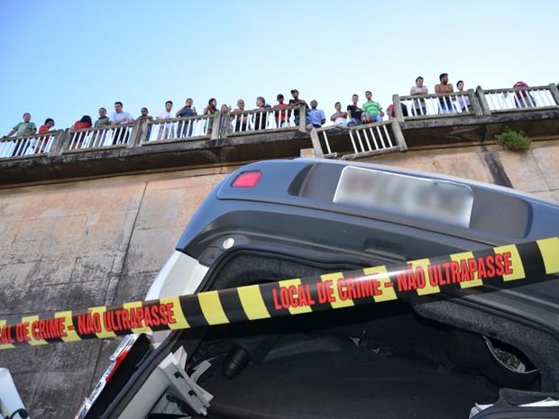 Carro quebrou a mureta do viaduto (Foto: Walter Paparazzo/G1)