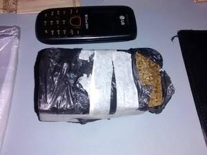 Tijolo de maconha foi encontrado em carro de suspeito em Piracicaba (Foto: Valter Martins/Piracicaba em Alerta)