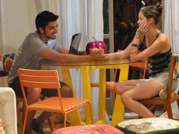 Super fofo, Bruno conversa com Ju sobre a primeira vez dela (Foto: Malhação / Tv Globo)