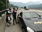 'Super-heróis' recebem ajuda para trocar pneu em rodovia e foto viraliza