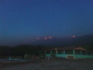 Fogo visto da sede do Parque dos Falcões, em Sergipe (Foto: José Percílio)