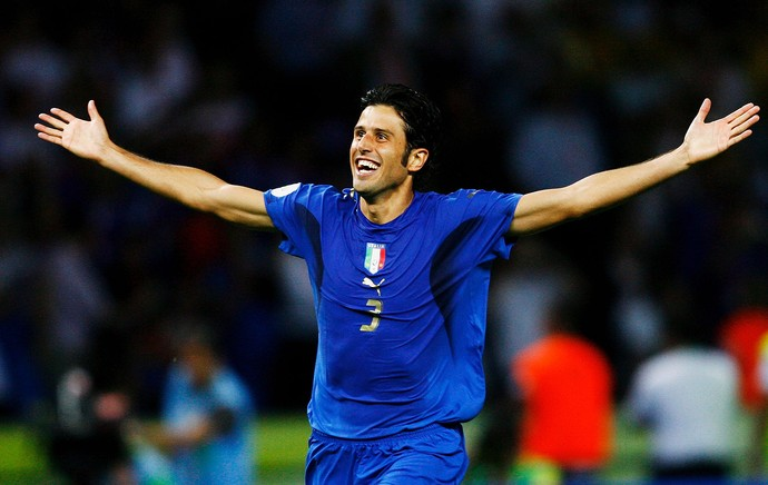 Fabio Grosso comemora título da Itália na Copa do Mundo 2006 (Foto: Getty Images)