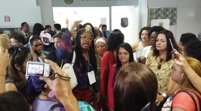 Mulheres reclamam por terem de depor à PF por se manifestarem em avião contra impeachment