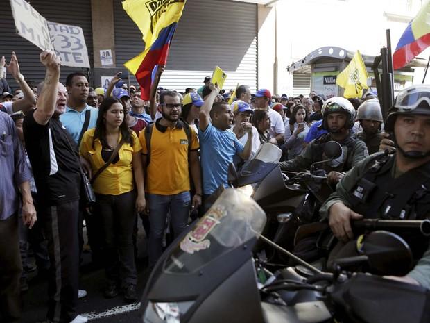 Policiais bloqueiam a rua da Assembleia Nacional diante de apoiadores da oposição venezuelana, enquanto novo Congresso toma posse nesta terça-feira (5) (Foto: REUTERS/Marco Bello)