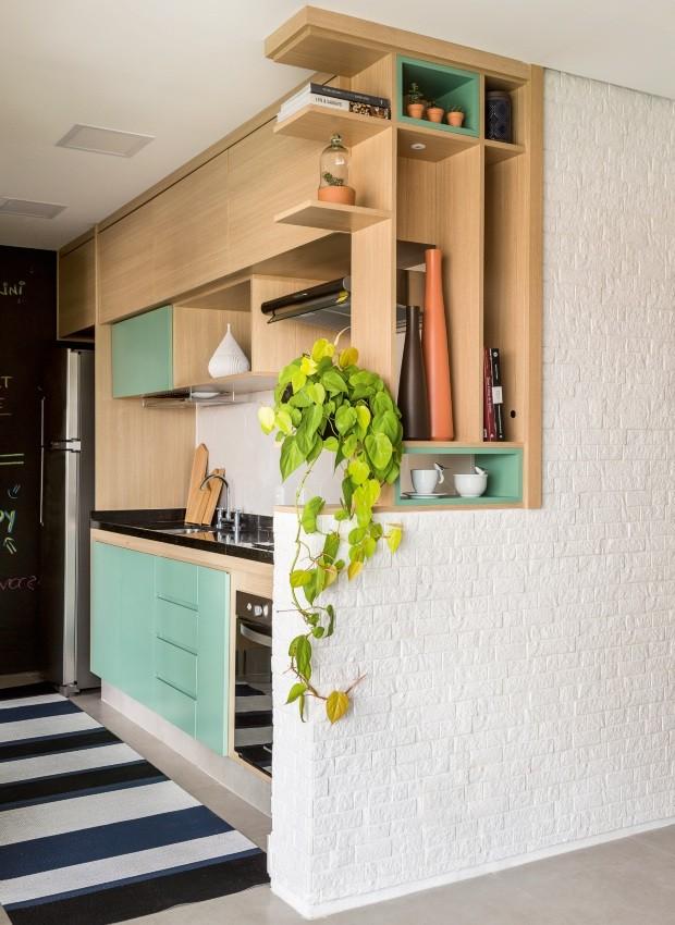 Meia estante com nichos de MDF com tamanhos diferentes para abrigar objetos de decoração (Foto: Edu Castello / Editora Globo)