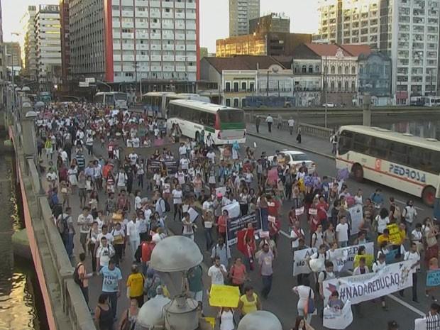 Passeata passou pela Ponte Duarte Coelho, no Centro (Foto: Reprodução / TV Globo)