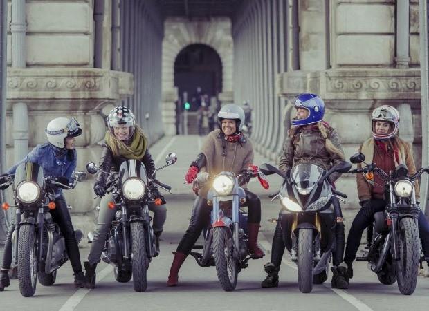As cinco amigas reunidas em Paris, ponto de partida para viagem de mais de 4 mil quilômetros pelo Brasil (Foto: Divulgacao)