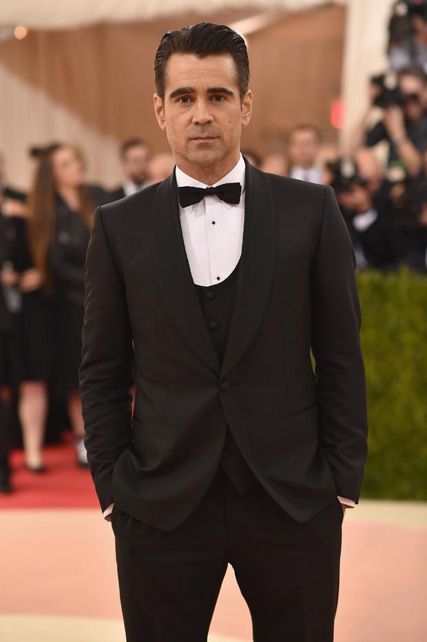 Colin Farrell com black tie tradicional e colete (Foto: Getty Images)