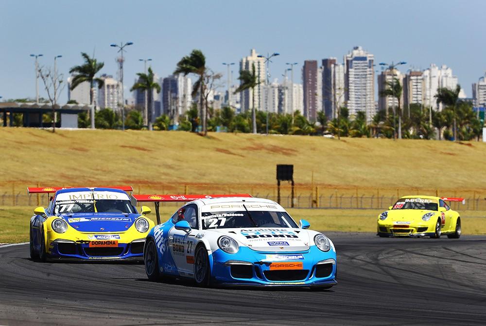 Ricardo Baptista é atacado por Nelsinho Piquet na disputa pela segunda colocação na Cup (Foto: Divulgação/Luca Bassani/Porsche Império GT3)