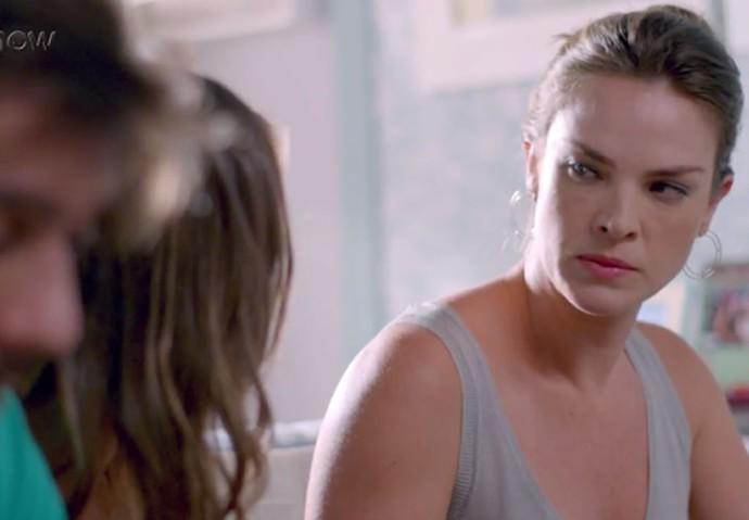 Monique é rude com Alina e as duas brigam  (Foto: TV Globo)