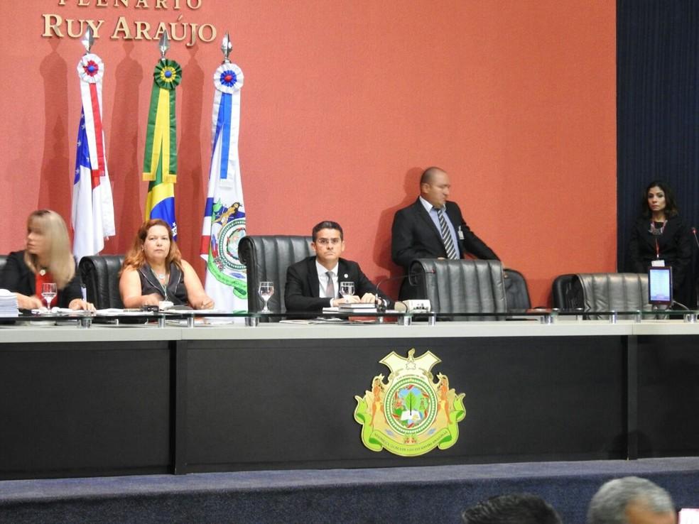 David Almeida recebeu notificação na ALE-AM (Foto: Adneison Severiano/G1 AM)