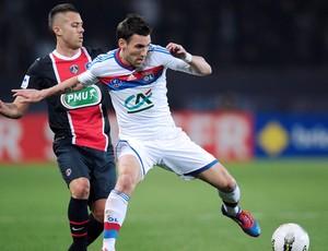 Jeremy Menez do PSG e Anthony Reveillere do Lyon (Foto: AFP)