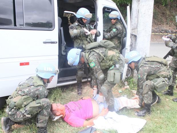Equipe que vai para o Haiti faz exercício de treinamento de acidente com vítimas, na Avenida Eixo da Integração (Foto: Jaceline Lucas/Exército)