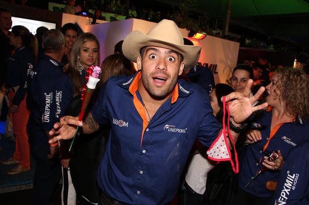 Yuri Fernandes ganha calcinha fio dental de fã (Foto: divulgação)