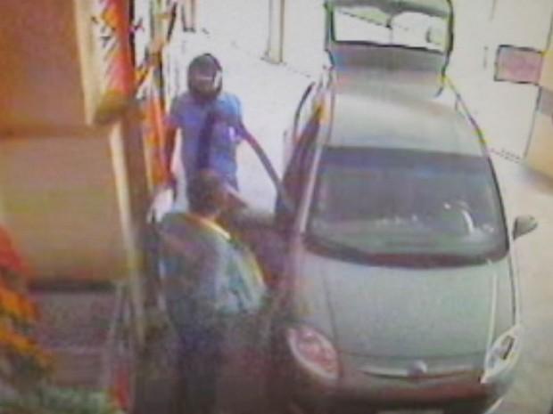 Assaltante atirou contra a vítima, mas acertou o chão (Foto: Reprodução / TV TEM)