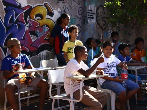 Grupo de jovens moradores da Estrutural presta atenção à explicações (Foto: Charles Vieira/Divulgação)
