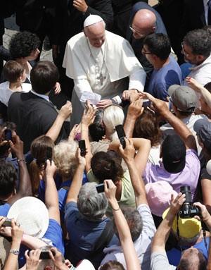 O Papa Francisco saúda fiéis após o Angelus, neste domingo (14), em Castel Gandolfo (Foto: Tony Gentile/Reuters)