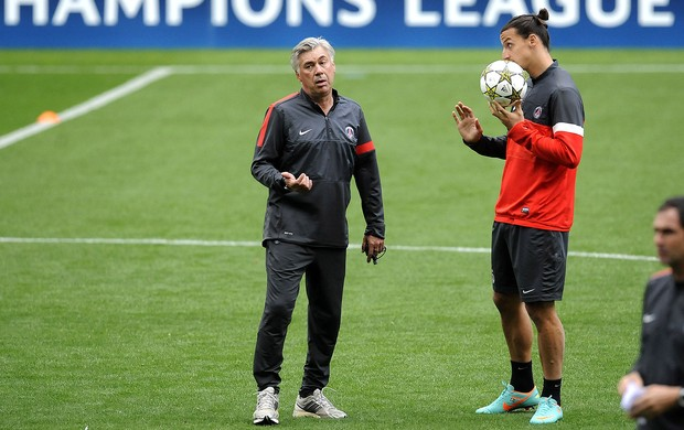 Ibrahimovic e Carlo Ancelotti no treino do PSG (Foto: AP)